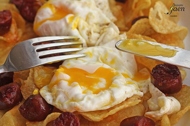 Huevos rotos con patatas y chorizo picante Don Jate
